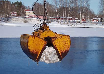 Meterstora stenblock har lagts ut i Klarälven för att förbättra fiskemöjligheterna. (Foto: Peter Belin)