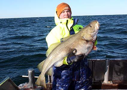 Anders Lundgren med största torsken från den lyckade fiskehelgen i södra Östersjön.