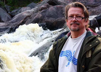 Älvräddarnas ordförande Christer Borg vill gärna veta hur det står till med fiskvägar vid små kraftverk. (Foto: Emma Milder)