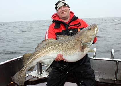 Andreas Johnsson med en prakttorsk på 21,9 kilo, fångad från Falkens däck den 19 mars. (Foto: Ulf Stahre)