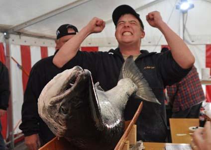Så här glad blir man när man fångat en lax på dryga 17 kilo och därmed vunnit 50 000 danska kronor.