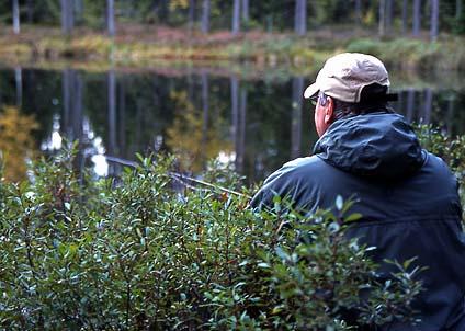 Snart är det läge att smyga i buskarna, på jakt efter regnbågar och öringar i Hökensås.
