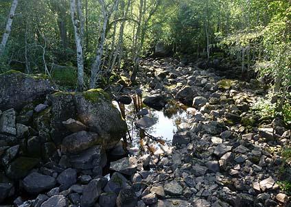 Resultatet av ett litet kraftverk i ett mindre vattendrag – en torrlagd åfåra.