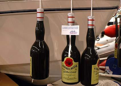 Spritflaskor bör inte förekomma ombord – möjligen med undantag för sådana här, mycket speciella, fendrar. (Foto: Svenne Andersson)