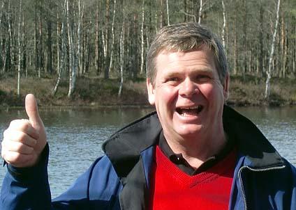 Leif Svensson gör tummen upp för den fina båten som han fått hämta på Sportfiskemässan i Varberg.