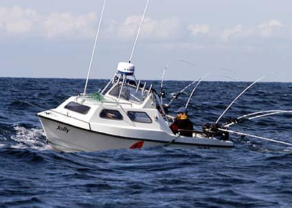 Många trollingbåtar är överlastade och ligger djupt i sjön. Det är lätt hänt att de tar in vatten under trollingfisket. (Obs: båten på bilden har inget med den aktuella olyckan att göra).