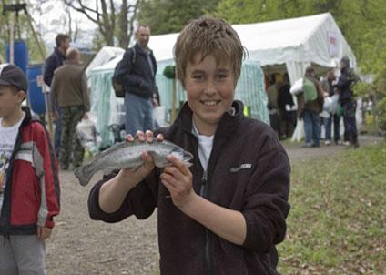 Swedish Game Fair erbjuder gratis fiske efter regnbåge för barn och unga. (Foto: Swedish Game Fair)