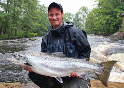 Laxfiskaren Jonas Aasker Andersson slog nytt personligt rekord 2014, i pool 2 i Mörrumsån. (Foto: Kronolaxfisket)
