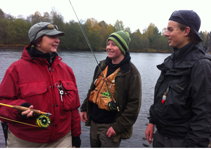 Gymnasieeleverna Filip Dorsén, till höger,  och Mats Svanberg, i mitten, guidar och instruerar en av gästerna.