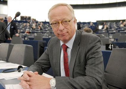 Du har rätta att få veta varför Hökmark röstade för fortsatt bottentrålning – fråga honom på Facebook eller Twitter. (Foto: Moderaterna)