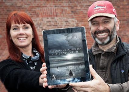 """Maria Ålander, filmens producent, visar tillsammans med Martin Falklind upp iPad-appen """"The Old Man and the Sea – The Expedition"""". Appen är gratis att ladda ner från App Store."""