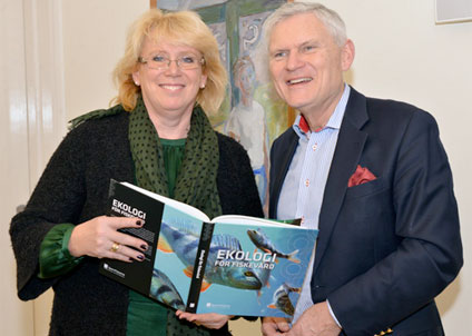 Sportfiskarnas ordförande Joakim Ollén med miljöminister Lena Ek. (Foto: Sportfiskarna)