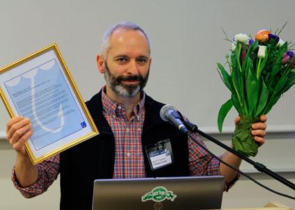 Martin Falklind tilldelas guldnålen av Sportfiskarna. (Foto: Bengt Olsson)
