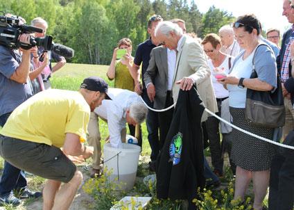 Kungen med Sportfiskarnas förbundsordförande Joakim Ollén med flera efter invigningen av Hemmesta sjöäng. (Foto: Stefan Andersson, WWF)