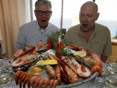 ABU: s Olle Lidesjö och Fiskejournalens Håkan Otterberg tappar hakan på restaurangen Happy Lobster.