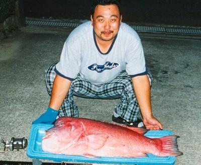 Med en pose värdig en sumo-brottare visa Shunzo Takasha sitt världsrekord på Kobudai. Bild: IGFA