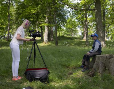 Skriptan Sarah Fingal intervjuar deltagarna en och en.