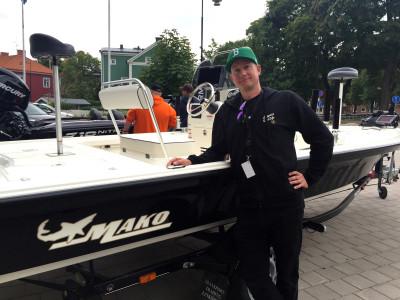 Rockartisten, fiskaren och grafikern Erik Ohlsson visar nöjt upp sin splitter nya båt från Mo-Jo boats.